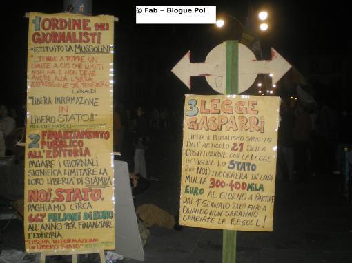 V2-Day Napoli. Cartelloni d\'informazione sui referendum