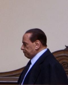 Berlusconi cupo in volto